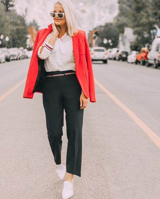 Блогер в белой блузе, черных брюках и красном жакете