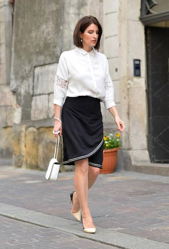 Блогер в белой блузе и юбке с запахом