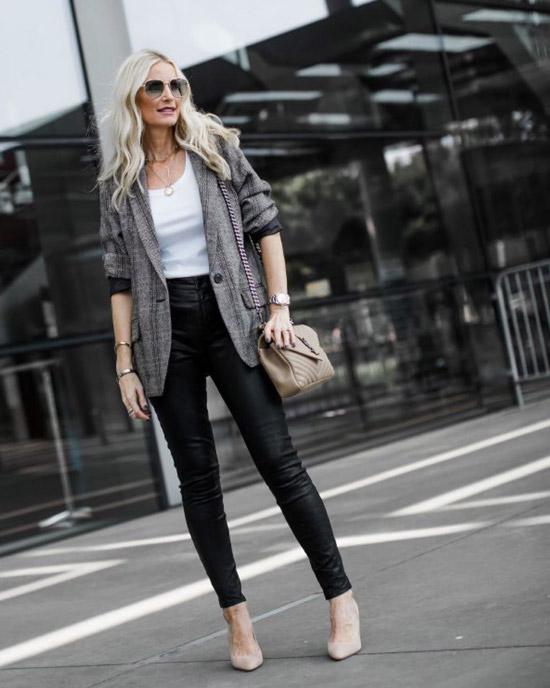 Блогер в белом топе, кожаных брюках и сером пиджаке