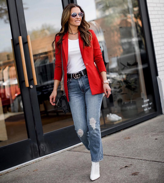 Блогер в белом топе, синих джинсах и красном жакете