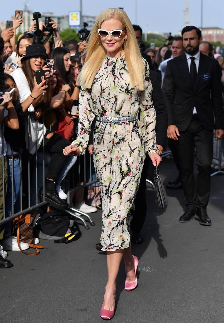 Актриса в красивом платье миди с принтом и розовые туфли