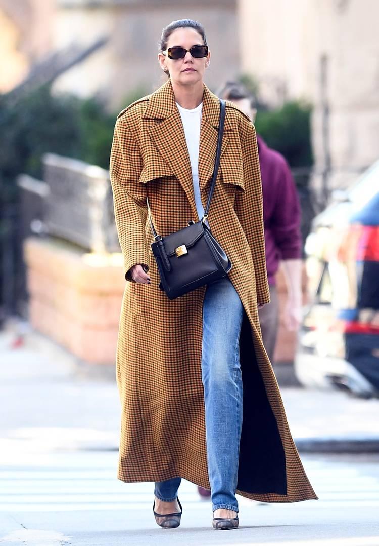 Актриса в прямых джинсах, длинное пальто в клетку и туфлях