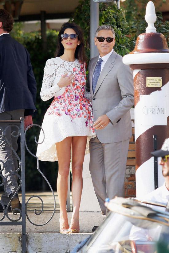 Амаль Клуни в белом мини платье с цветами, Джордж Клуни в сером костюме