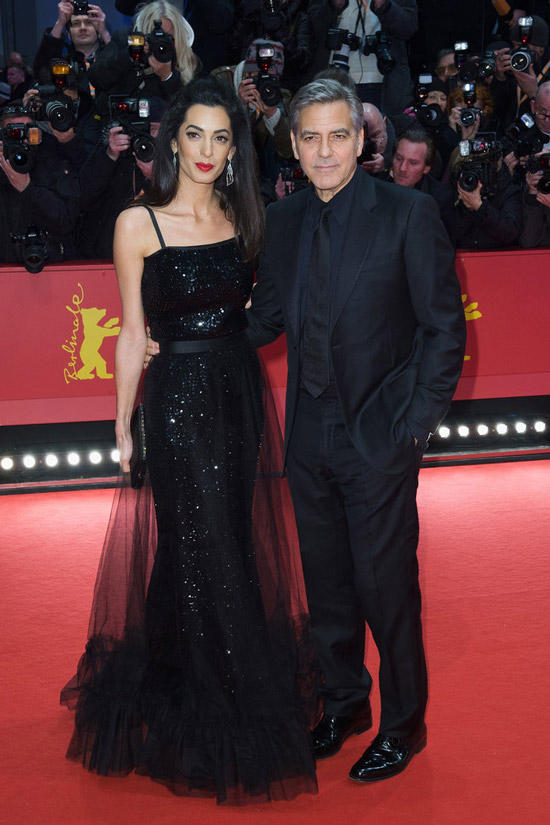 Амаль Клуни в блестящем вечернем платье, Джордж Клуни в черном костюме