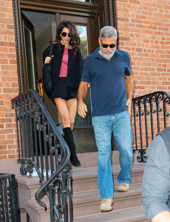Амаль Клуни в черной мини юбке, розовая футболка и жакет