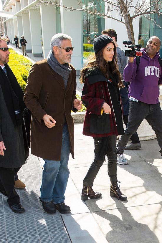 Амаль Клуни в черных брюках, бордовая куртка и ботинки