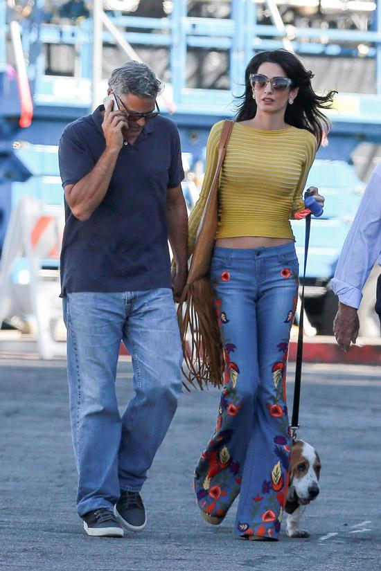 Амаль Клуни в джинсах клеш и желтой кофточке, Джордж Клуни в синих джинсах и черной футболке