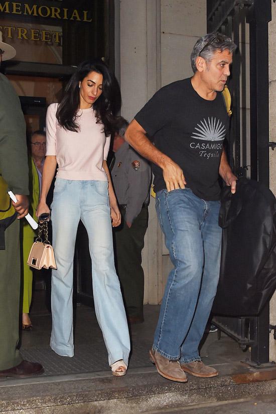 Амаль Клуни в голубых джинсах клеш и розовая кофточка, Джордж Клуни в синих джинсах и черной футболке