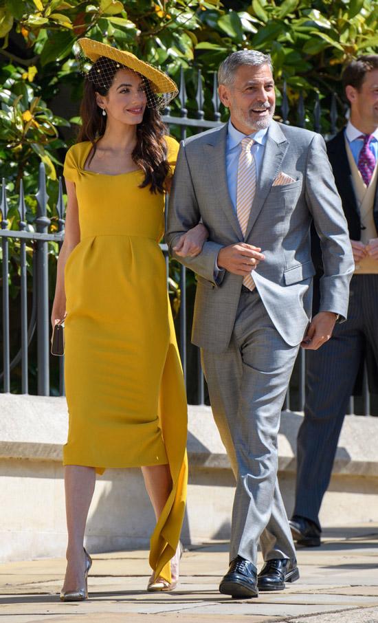 Амаль Клуни в красивом желтом платье миди, золотые туфли на шпильке и шляпа, Джордж Клуни в сером костюме