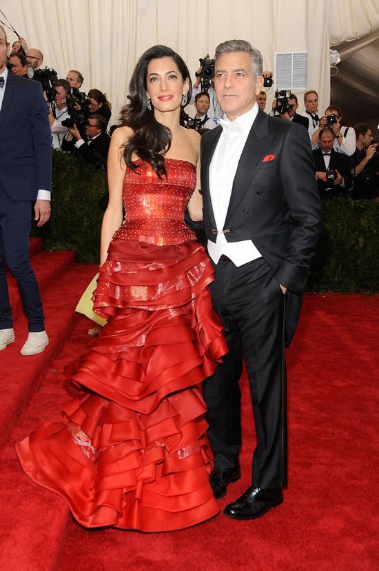 Амаль Клуни в красном длинном платье с воланами, Джордж Клуни в черном смокинге
