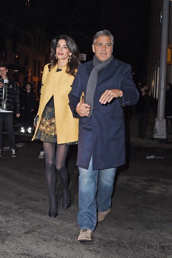 Амаль Клуни в мини платье и желтом пальто, Джордж Клуни в черном пальто и джинсах