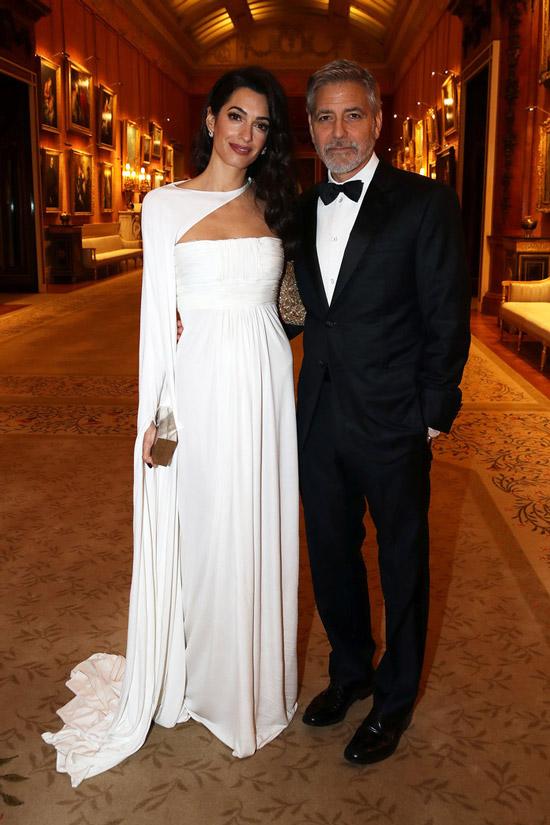 Амаль Клуни в шикарном белом платье со шлейфом, Джордж Клуни в черном костюме с бабочкой