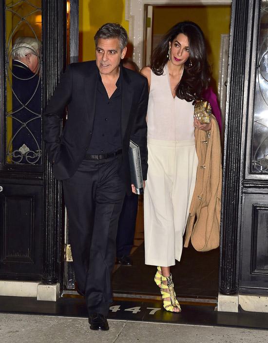 Амаль Клуни в светлом комбинезоне и желтых босоножках