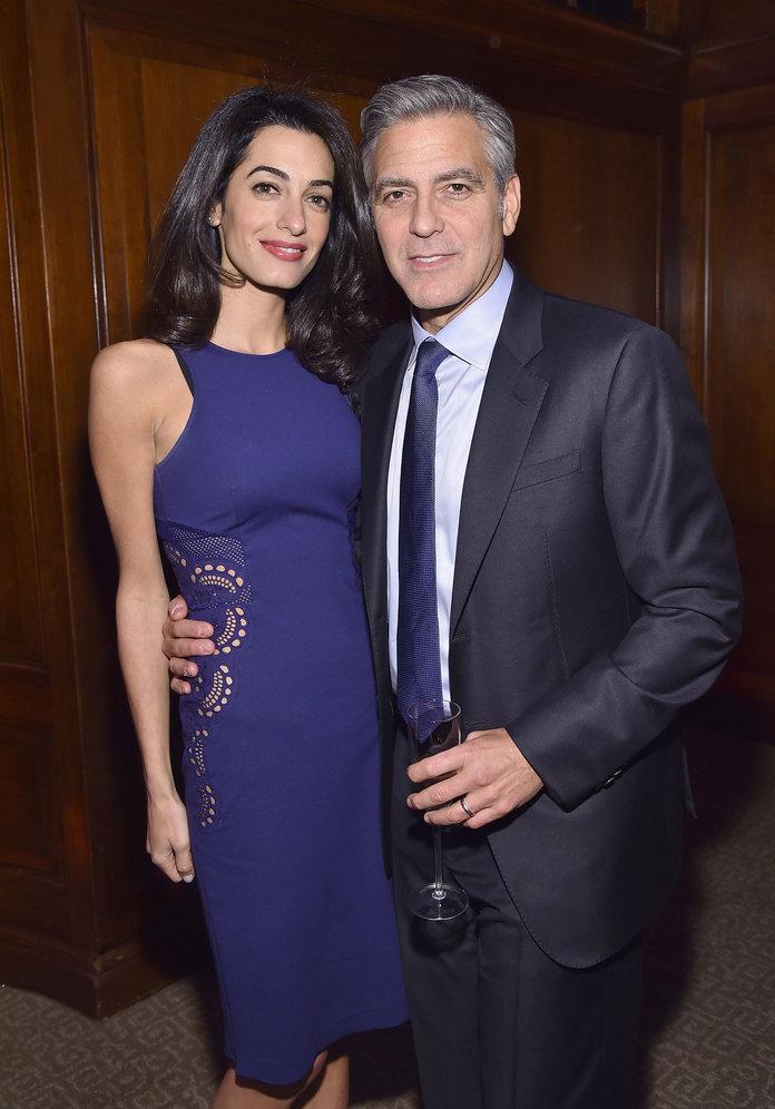 Амаль Клуни в темно-синем платье футляр