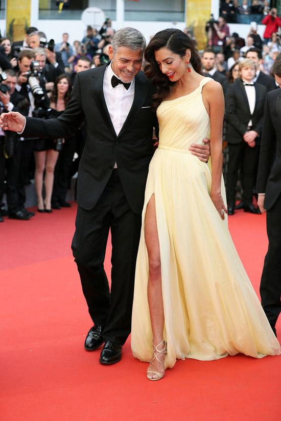 Амаль Клуни в воздушном желтом платье с глубоким разрезом, Джордж Клуни в черном смокинге