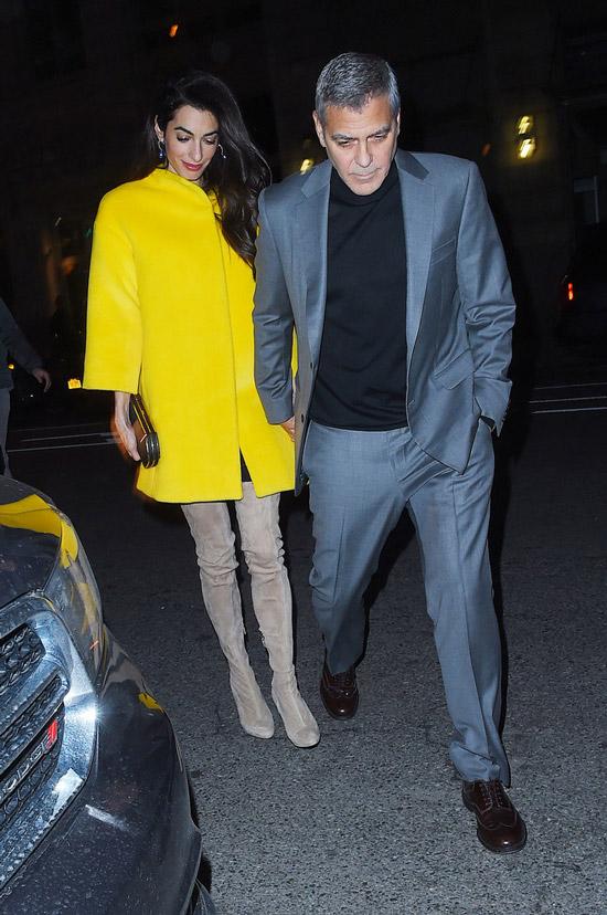 Амаль Клуни в желтом пальто и бежевые ботфорты, Джордж Клуни в сером костюме