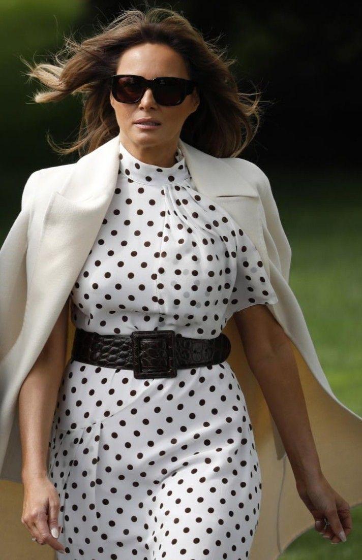 Девушка в белом платье в горошек с черным ремнем и бежевый жакет