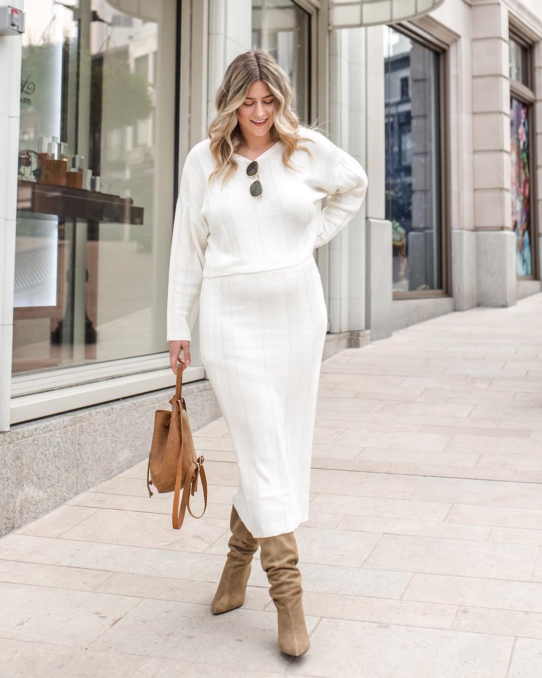 Девушка в белом трикотажном костюме с юбкой миди, бежевые замшевые туфли и сумочка