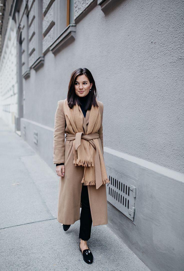 Девушка в бежевом классическом пальто с поясом, шарф и черные брюки