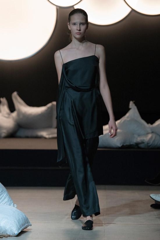 Девушка в черном костюме с удлиненным топом и пижамными брюками