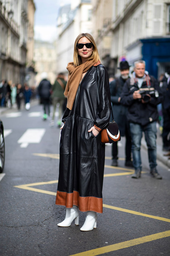 Девушка в черном брючном костюме, бежевое пальто и шарф
