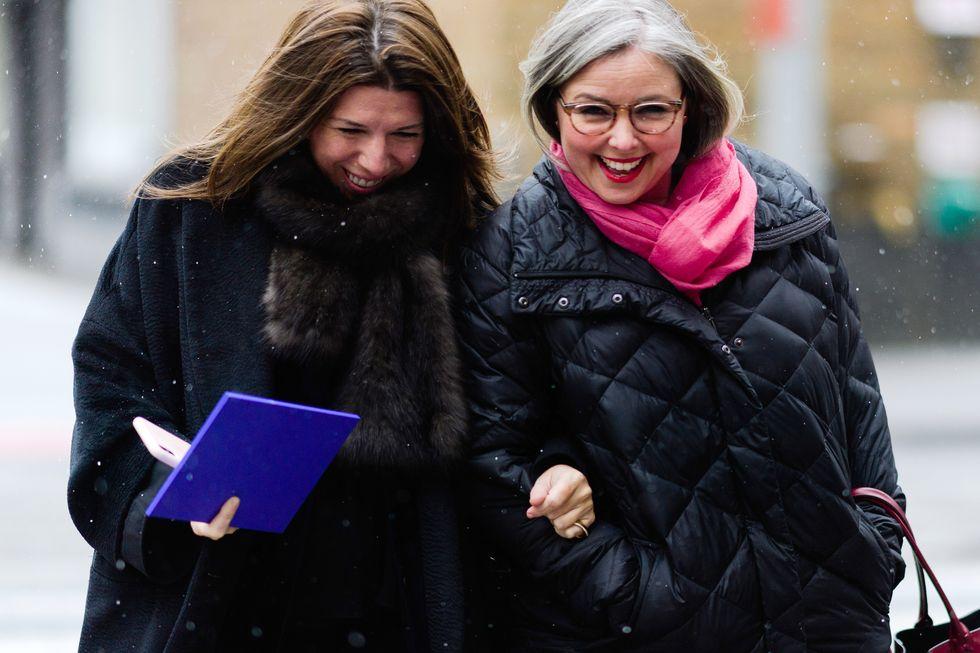 Девушка в черном пальто и меховой шарф