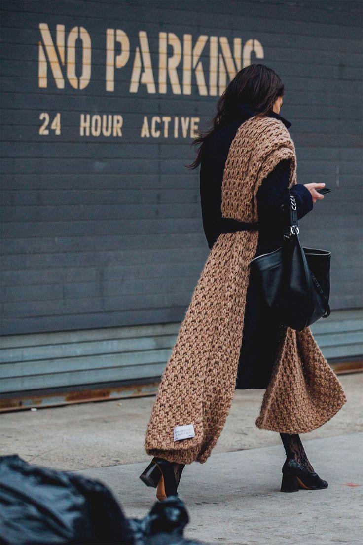 Девушка в черном пальто, коричневый вязаный палантин
