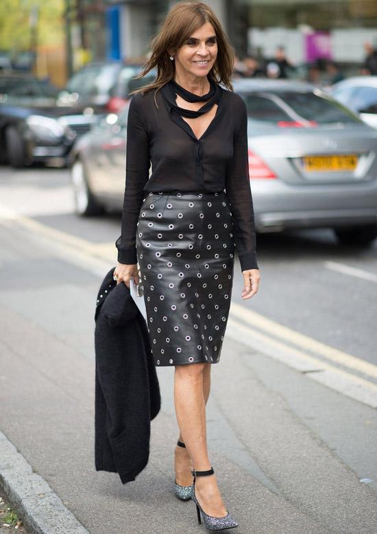 Девушка в черной кожаной юбке, прозрачная блузка и черный блейзер