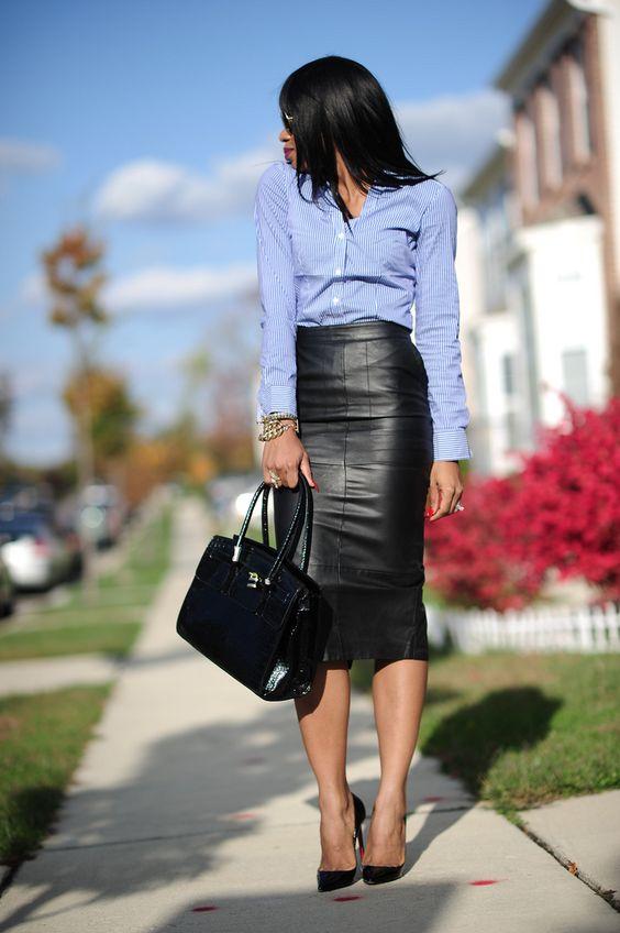 Девушка в черной юбке карандаш, голубая рубашка и черные туфли лодочки
