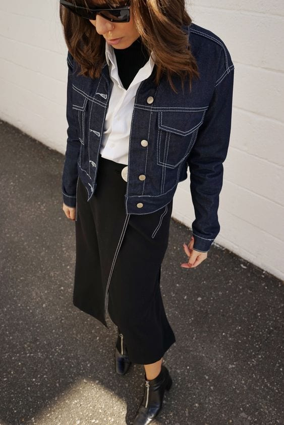 Девушка в черной юбке, водолазка, белая рубашка и синяя джинсовка