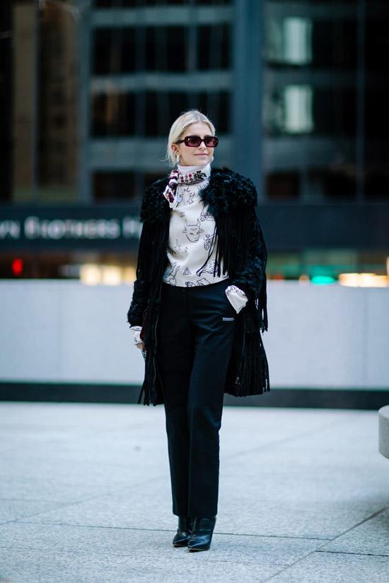 Девушка в черных брюках, пальто и шелковый платок на шее