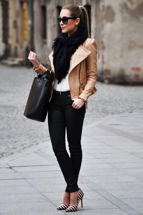 Девушка в черных джинсах, бежевая куртка косуха и туфли в полоску