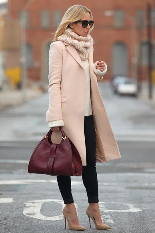 Девушка в черных леггинсах, свитер, кремовое пальто и бордовая сумка