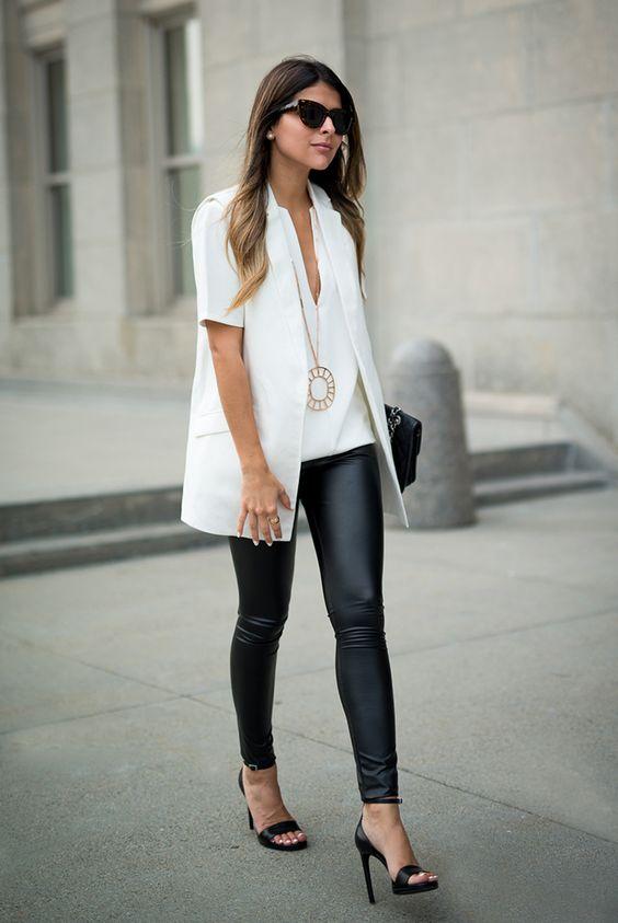 Девушка в черных лосинах, белый топ и жакет