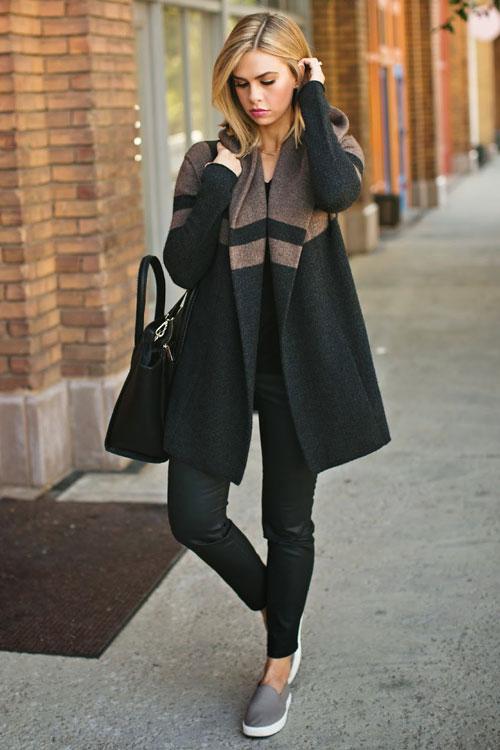 Девушка в черных штанах, пальто и слипоны