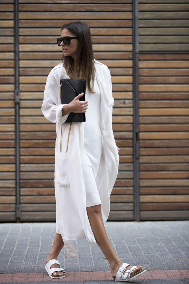 Девушка в длинном кардигане, платье по колено и сандалии