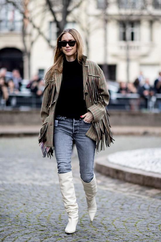 Девушка в джинсах, куртка в клетку и белые сапоги