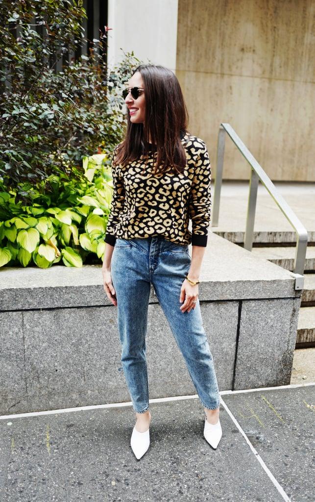 Девушка в джинсах с высокой талией, леопардовый свитер