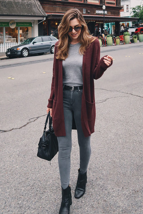 Девушка в джинсах скинни, серая кофточка и бордовый кардиган