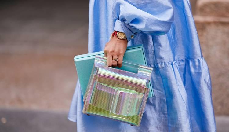 Девушка в голубом атласном платье и прозрачная сумочка с пряжкой