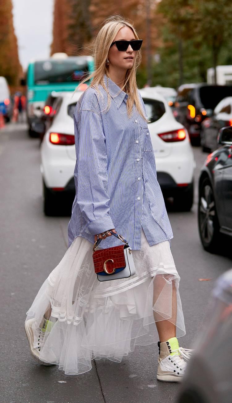 Девушка в голубой рубашке оверсайз, белая пышная юбка и кеды