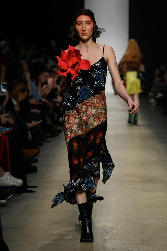 Девушка в коктейльном платье с цветочным принтом и черные ботильоны