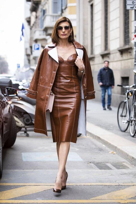 Девушка в коричневом кожаном платье, кожаный плащ и туфли лодочки