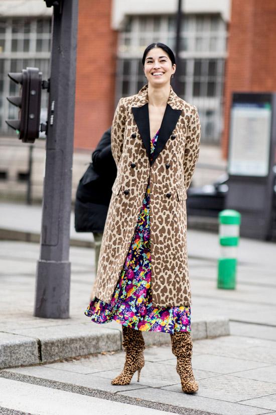 Девушка в коричневом пальто с принтом, цветочное платье и сапоги с леопардовым принтом