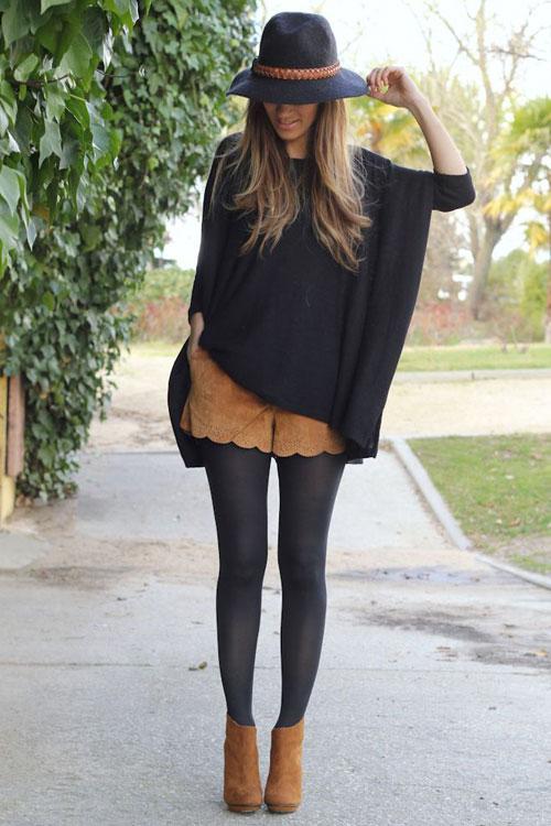 Девушка в коричневых шортах, блузка оверсайз и замшевые ботильоны