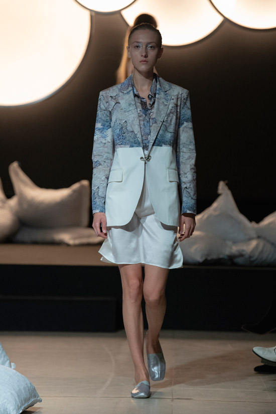 Девушка в костюме с белой мини юбкой и друхцветным блейзером