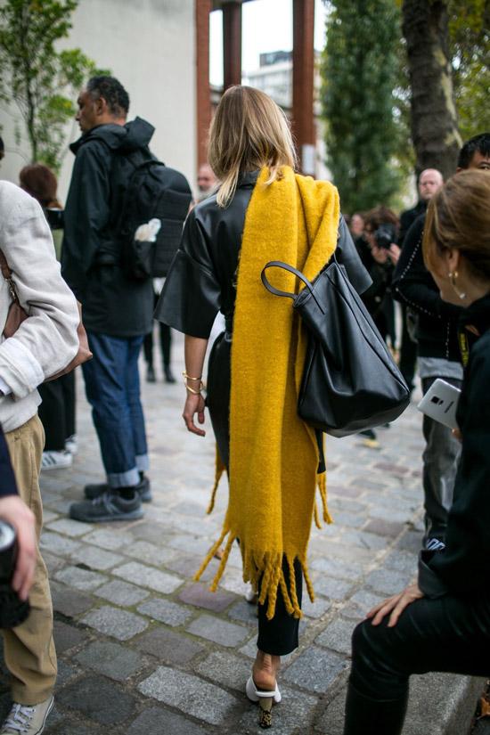 Девушка в кожаном плаще, желтый палантин и большая сумка