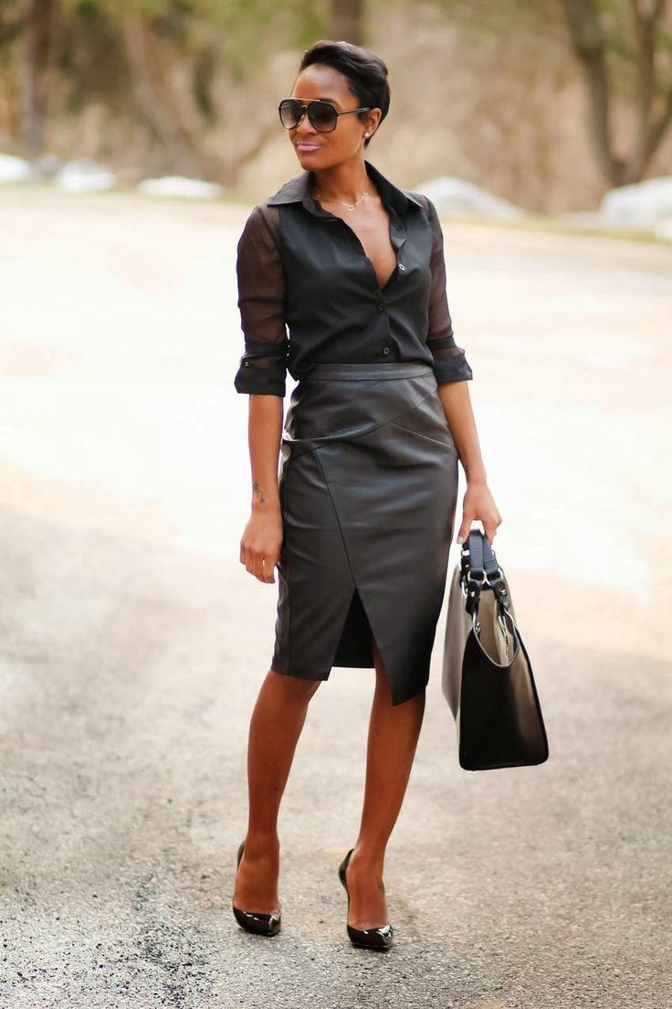 Девушка в кожаной юбке карандаш, черная блузка и туфли лодочки
