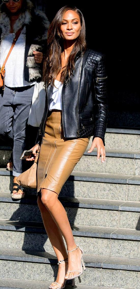 Девушка в кожаной юбке карандаш, черная куртка и босоножки