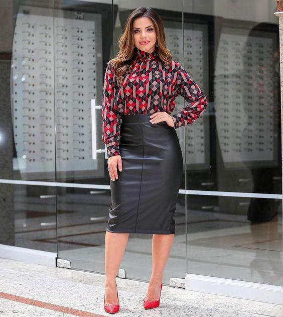 Девушка в кожаной юбке ниже колена, пестрая блузка и красные туфли